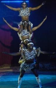 Die Kenya Boys als Menschenpyramide