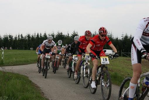 Ragnar auf dem Weg zu Platz 3 in Altlay, dahinter Teamfahrer Robin Regner