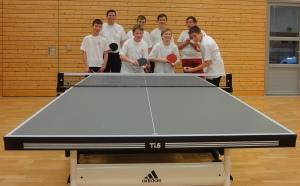 Ein Teil der Tischtennisgruppe an der neuen Platte